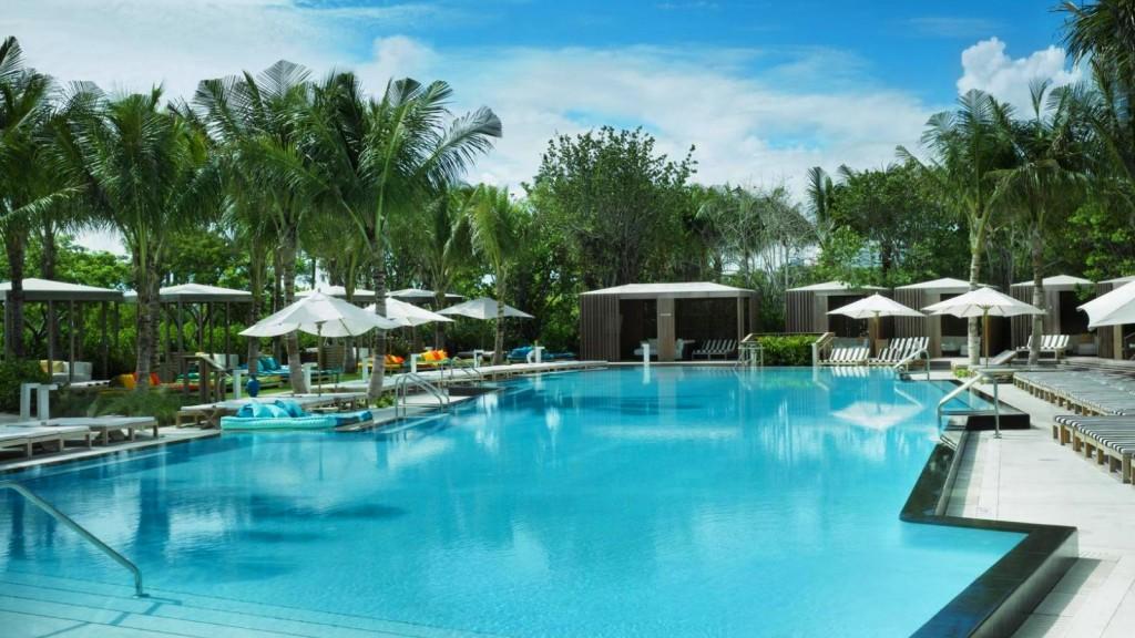 Cabanas privativas à beira de uma das piscinas do hotel